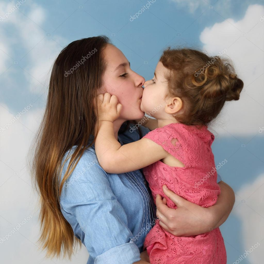 Поцелуй сестер скачать все mp3 песни или слушать онлайн.