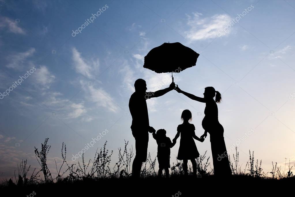 Silueta De Una Familia Feliz Con