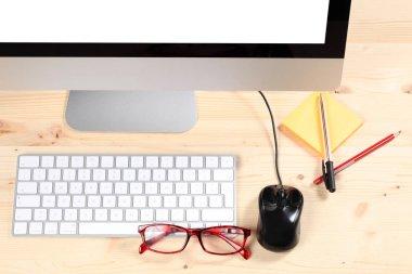 scrivania di legno da ufficio con computer