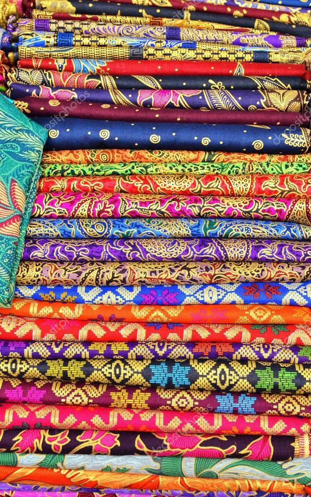 Coloridos sarongs para la venta en el mercado de arte y - Artesania de indonesia ...