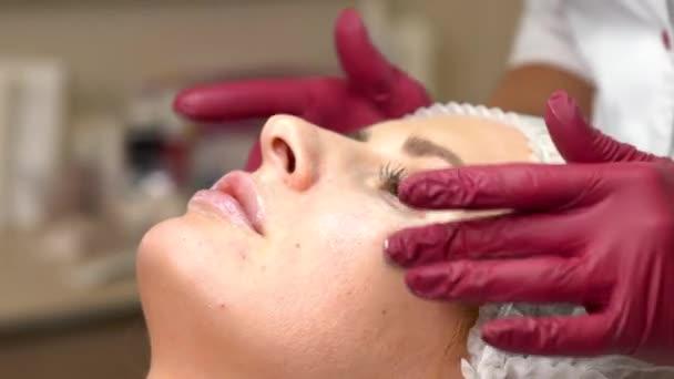 Kozmetikus dörzsöli a bőr krém a szem alatt. Szem alatti bőr krém alkalmazása.