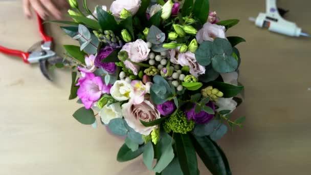 Így egy gyönyörű virág kompozíció, virág lila árnyalatai. Nézd meg felülről