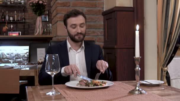 Host v restauraci. Slušný člověk v sadě obdivoval masu.