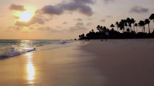 Tramonto sulla spiaggia di Manchebo sullisola di Aruba nel Mar dei Caraibi