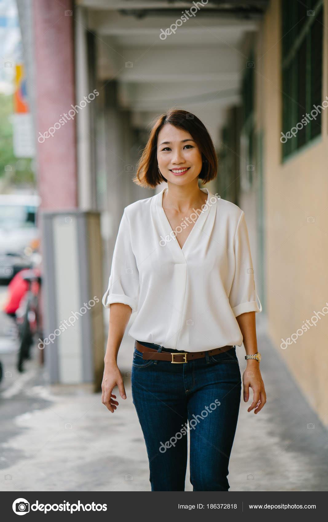 fa8b5e50a035 Mladá Čínská Asijská Žena Projde Chodbou Singapuru Asie Ona Elegantně —  Stock fotografie