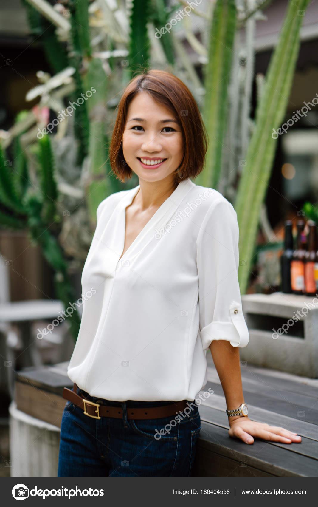 98eb1c6db7fd Portrét Čínského Asijské Ženy Smart Casual Opírala Stůl Před Velký– stock  obrázky