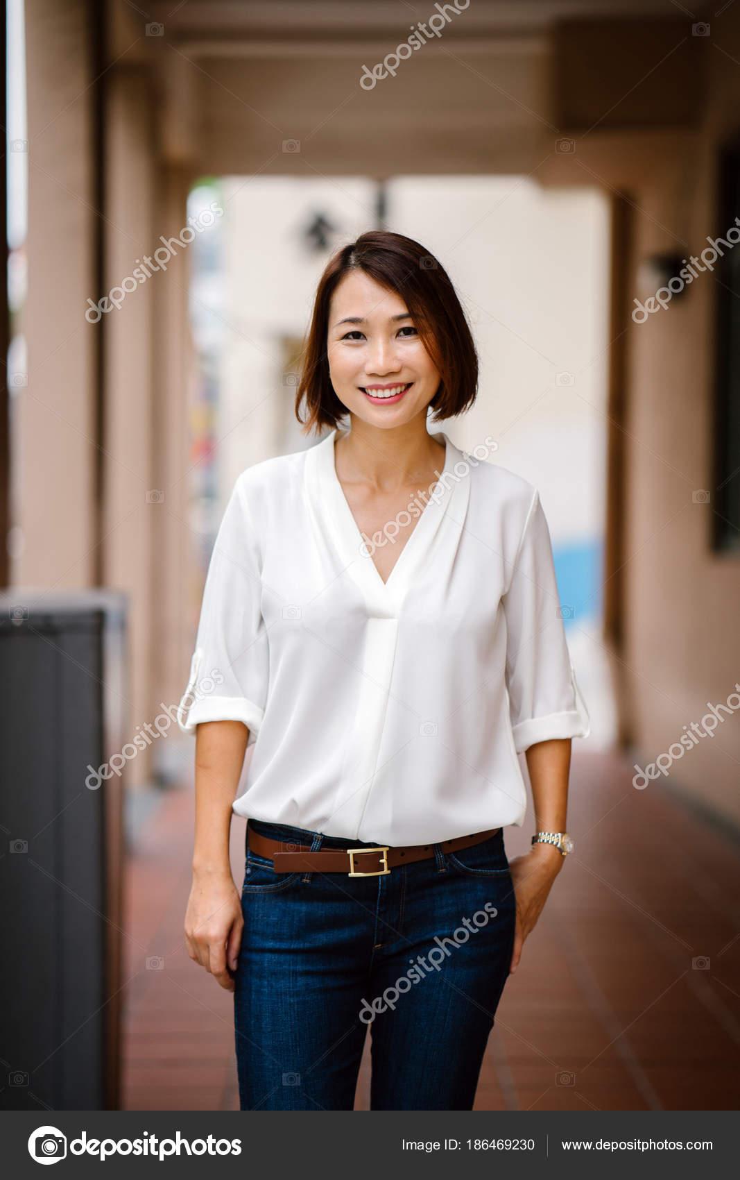 d439f61b1dea Portrét atraktivní Čínská Asijská žena opřený o zeď pastelová žlutá v  Singapuru