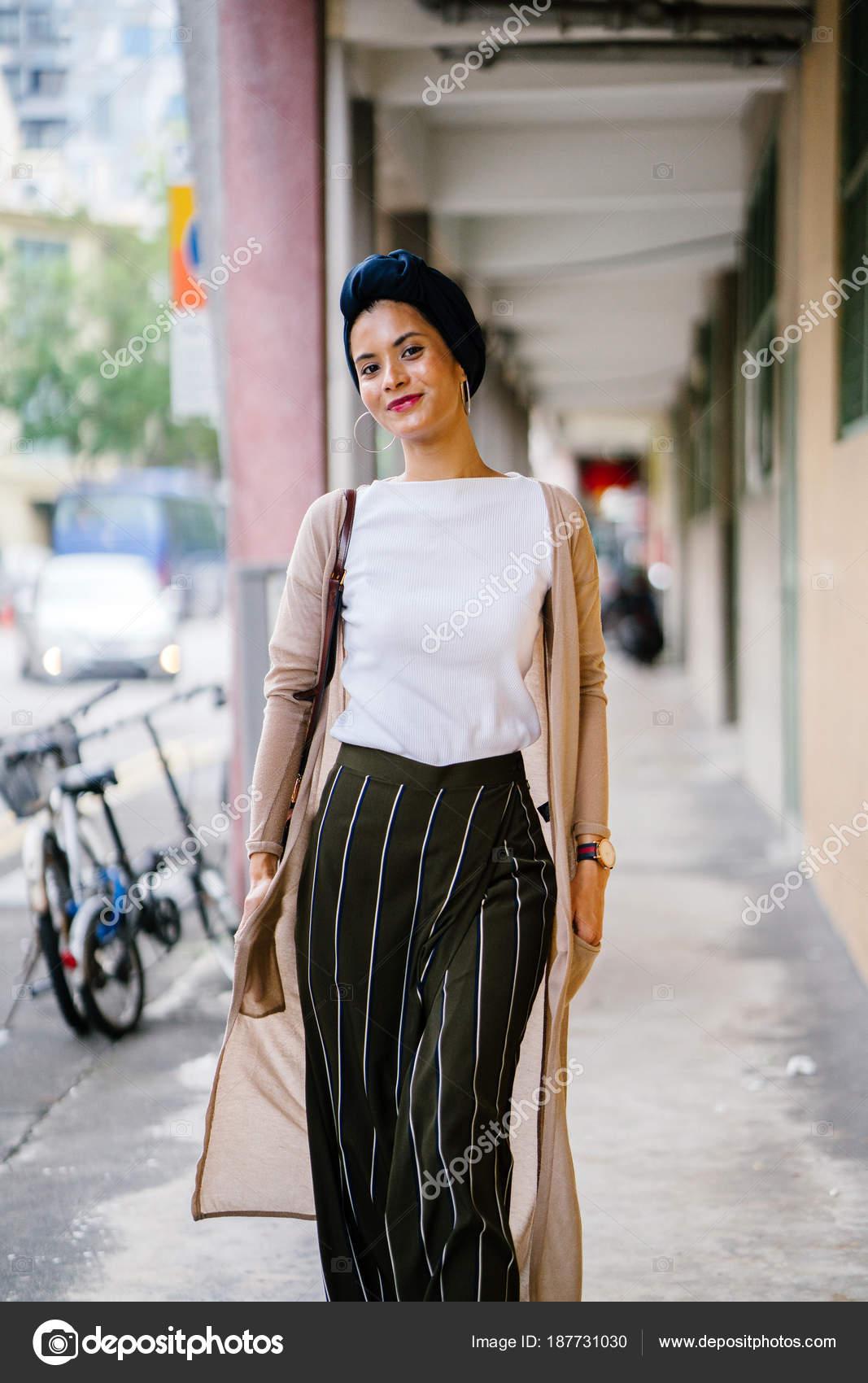 12b398c8815 Portrait d une jeune femme musulmane (Islam) portant un turban (foulard