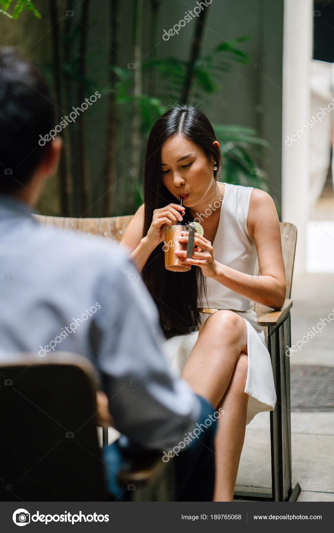 Ein weißes Mädchen als Asian datiert Samstagnacht Speed Dating