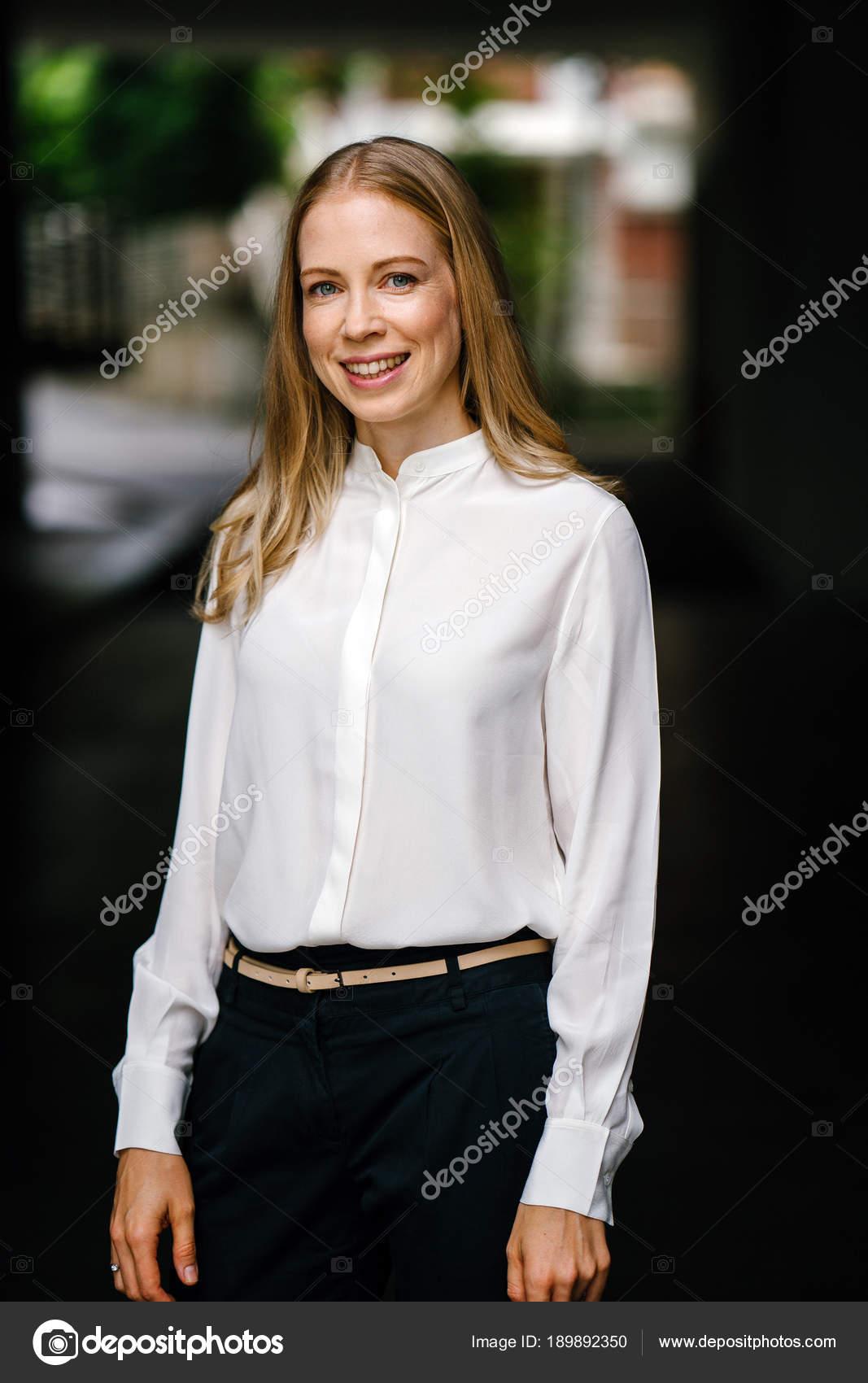 Ritratto Attraente Matura Professionale Donna Caucasica Che Espatriato Asia  Lei — Foto Stock bd9d6c4c89ae