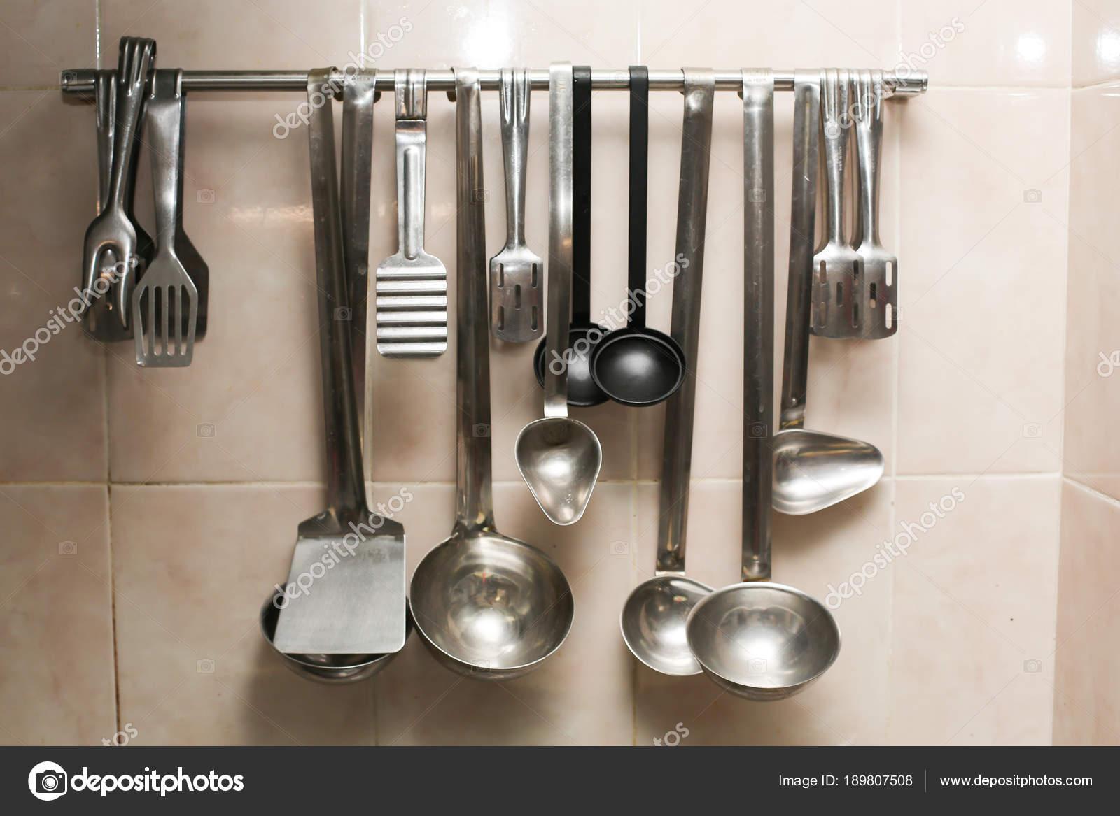 insieme di vecchi utensili da cucina - attrezzature retrò della ...
