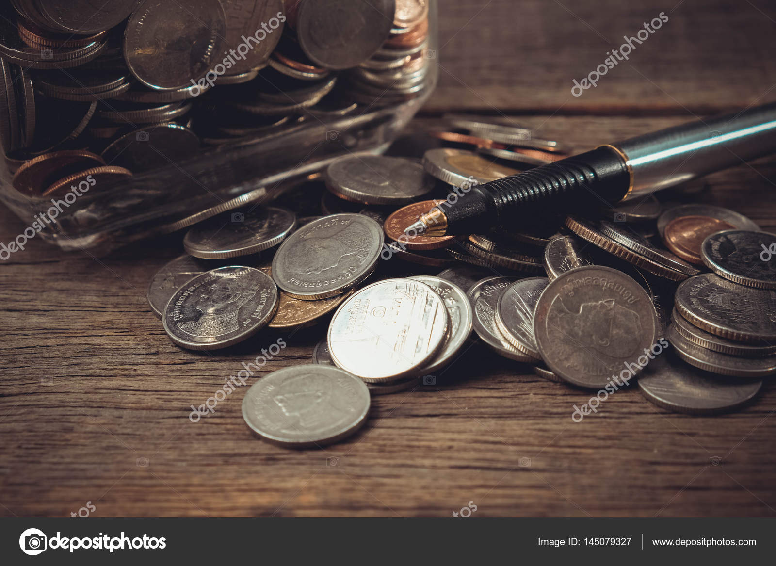 Dinheiro Conceito Moedas E Caneta Com Estilo Vintage Retro Do Efeito Do  Filtro U2014 Fotografia De