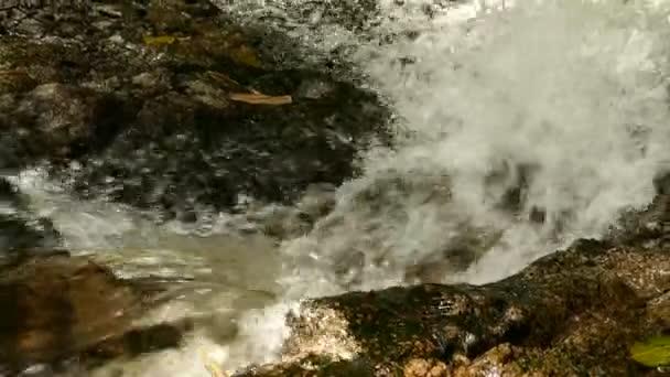 řítí vodopád v pohoří s tropickým lesem. Krásné přírodní pozadí.