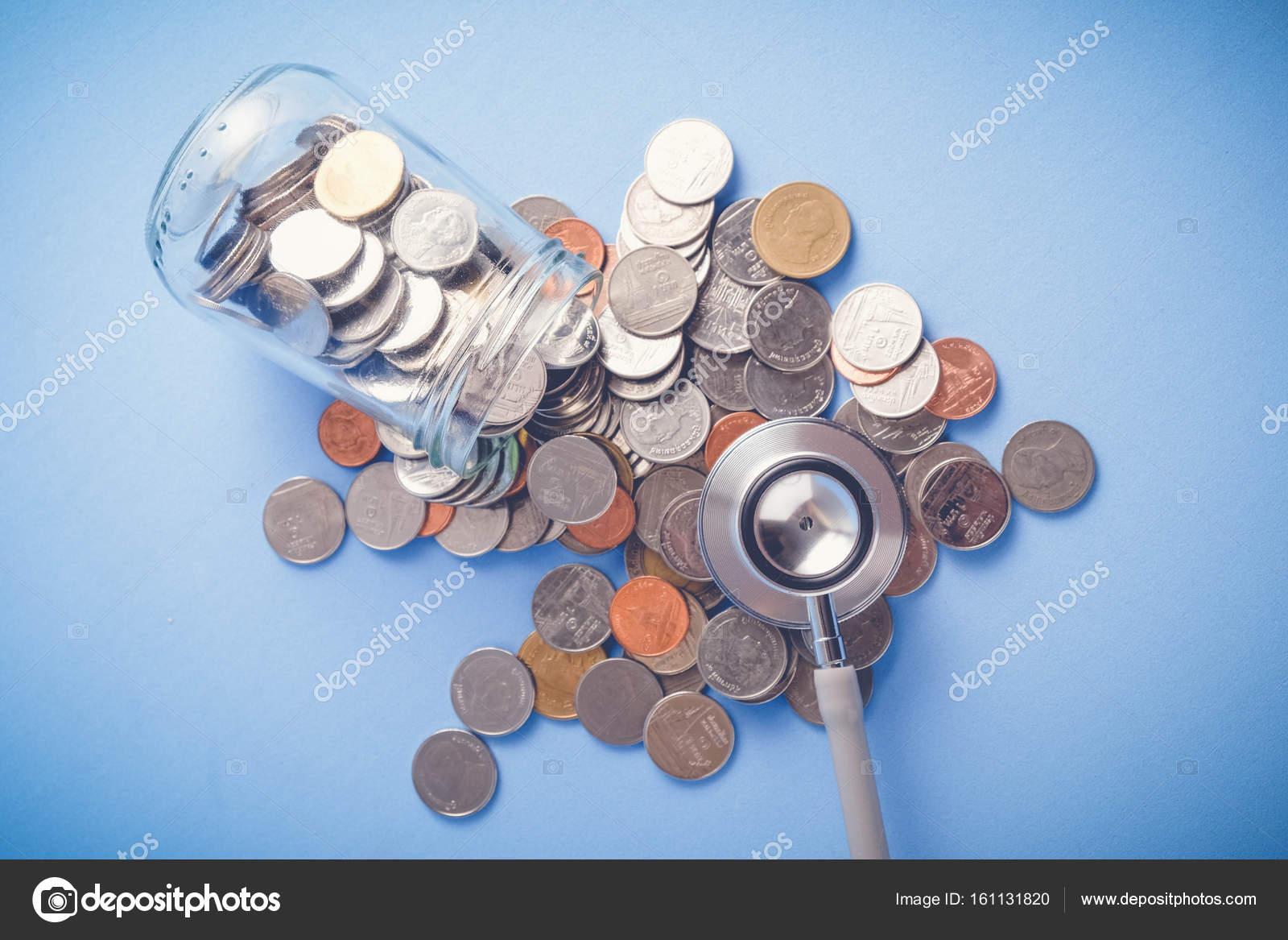 Poupar Dinheiro Para O Conceito De Investimento Estetoscópio E Dinheiro Com  Estilo Vintage Retro Do Efeito