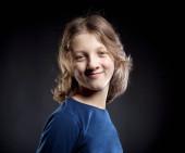 Portrét dospívajícího chlapce s hnědými vlasy.
