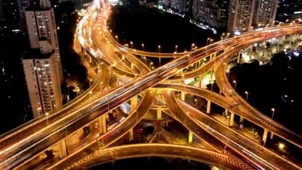 Hyper lapse Rising Drone Shot View odhaluje spektakulární zvýšené dálnice a konvergence silnic, mostů, viaduktů v noci v Šanghaji, doprava a rozvoj infrastruktury v Číně Včasný.