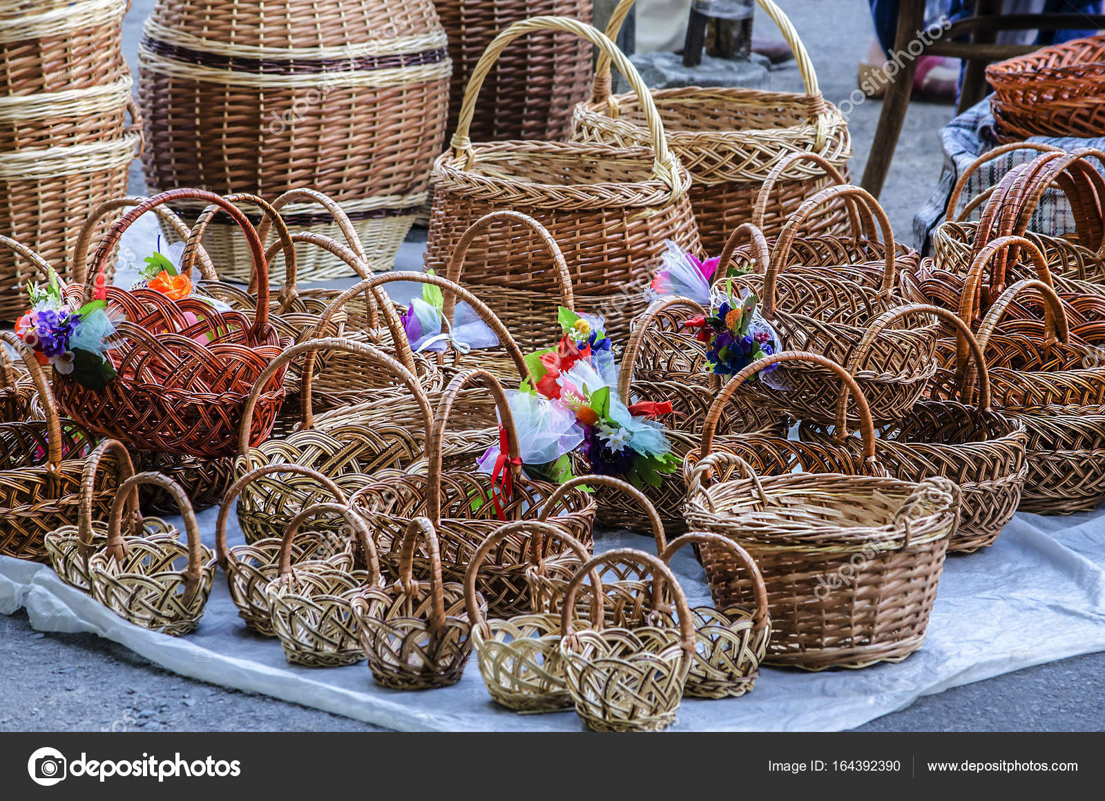 d8dfe0be6b3 Πώληση ψάθινα καλάθια στο δρόμο — Φωτογραφία Αρχείου © Dmitrydesign ...