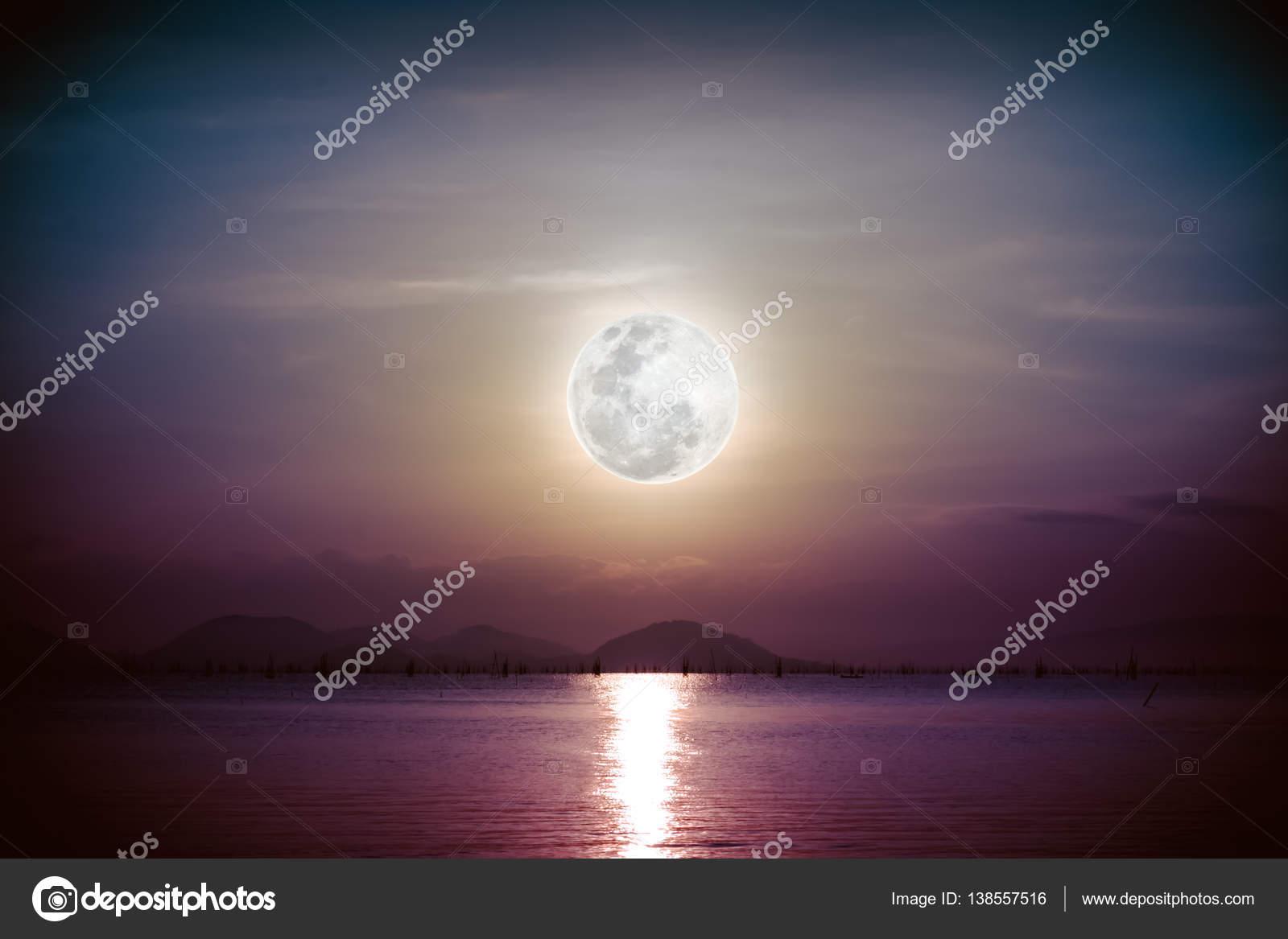 Romantico Scenico Con La Luna Piena Sul Mare Di Notte Vignette Foto