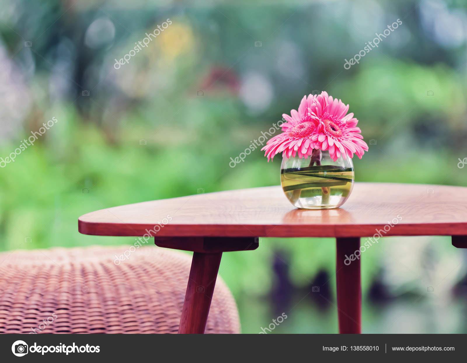Fleurs roses dans un vase sur la table dans le jardin. Ton effet ...