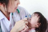 Asijská dívka s respirační nemoci pomáhal doktor v nemocnici