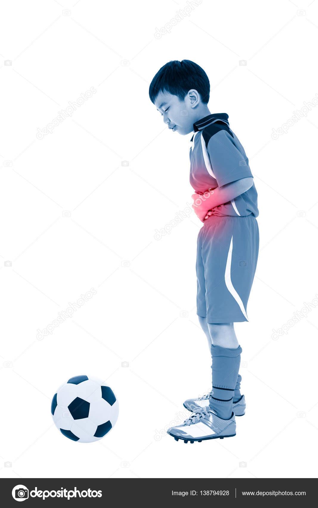 Dolor de estómago jugador de juventud fútbol asiático. Todo el ...