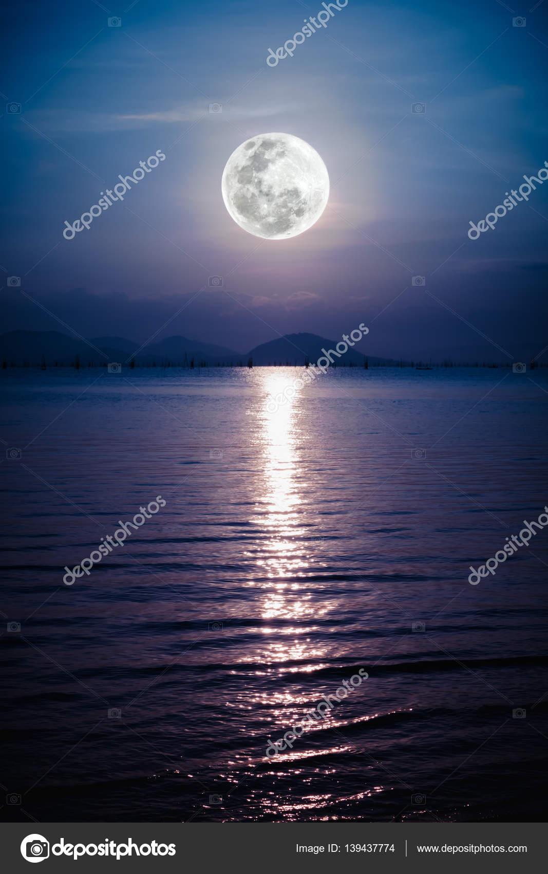 Romantico Scenico Con La Luna Piena Sul Mare Di Notte Riflessione