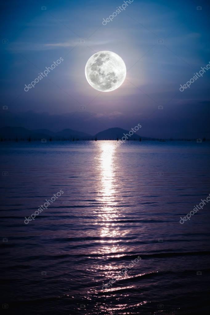 Фотообои Романтический живописный с полной луны на море до ночи. Отражение moonon море