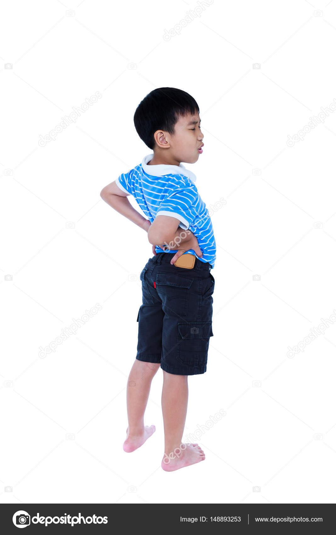 Asiatische Kind reiben die Muskeln des unteren Rückens. Isoliert auf ...
