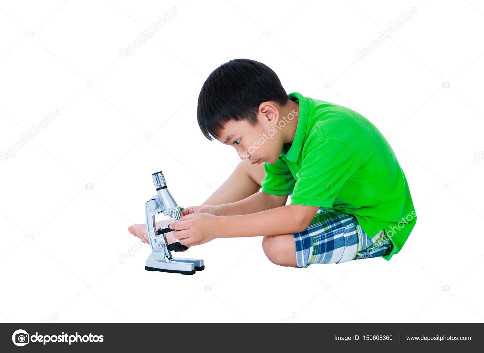 Ganzkörper von asiatischen kind mit einem mikroskop biologische