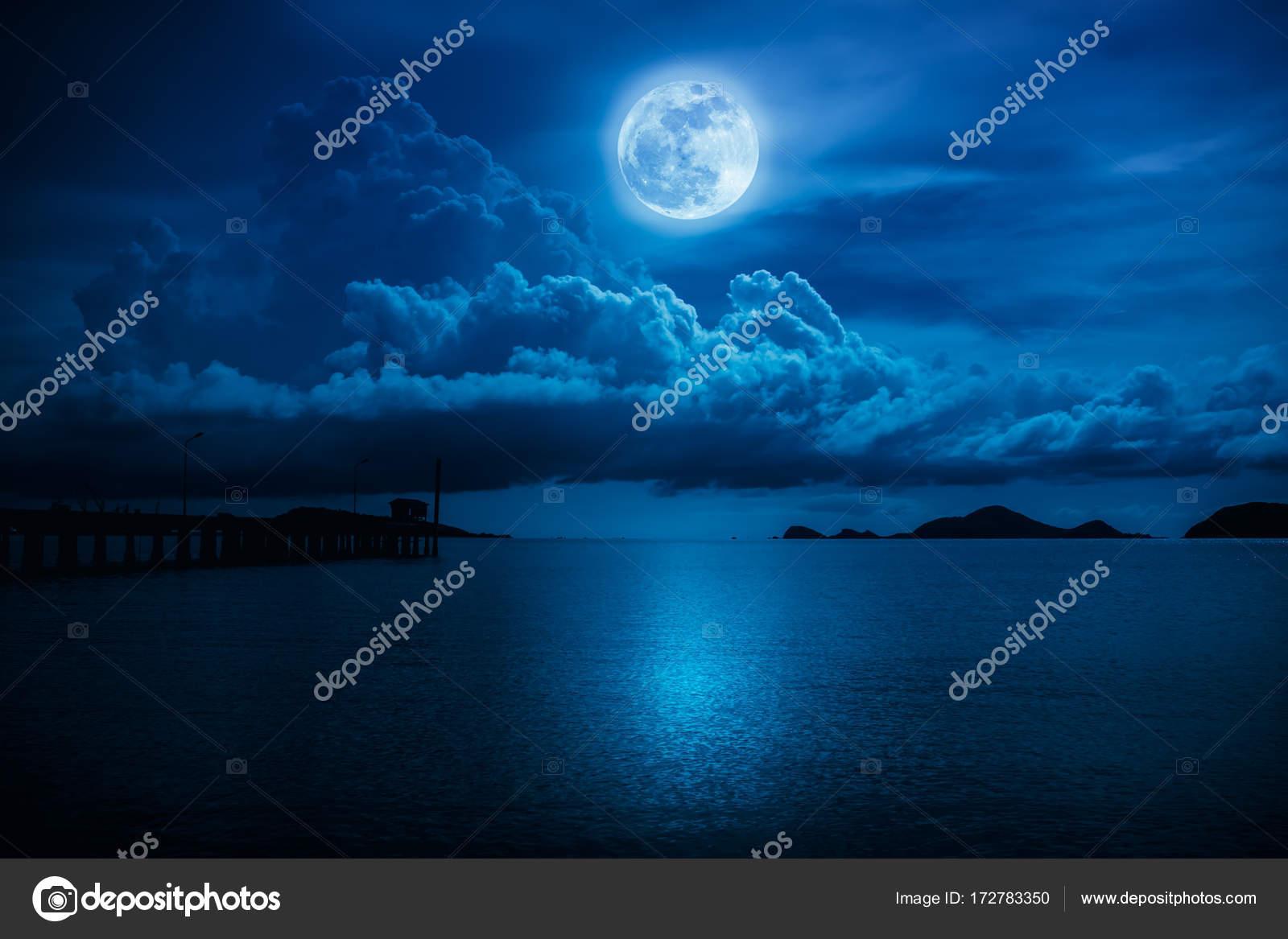 Paesaggio Del Cielo Con La Luna Piena Su Vista Sul Mare Di Notte