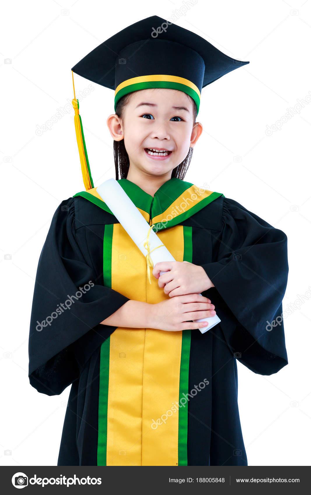 9aa760b28 Feliz niño Asiático en vestido de la graduación y la tapa con diploma  certificado en estudio. Linda chica sonriendo felizmente. Aislado sobre  fondo blanco ...