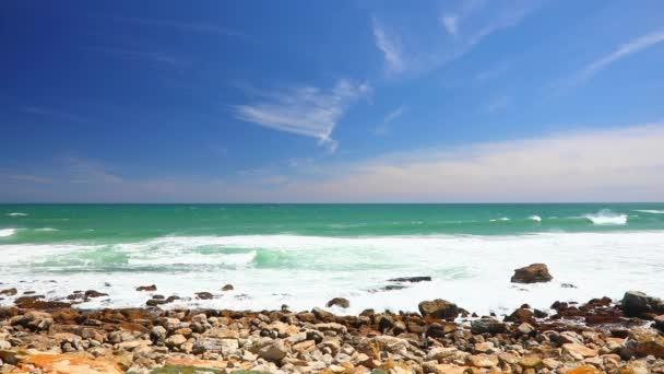 hullámok ütköznek a part menti sziklák Misty sziklák Fokváros