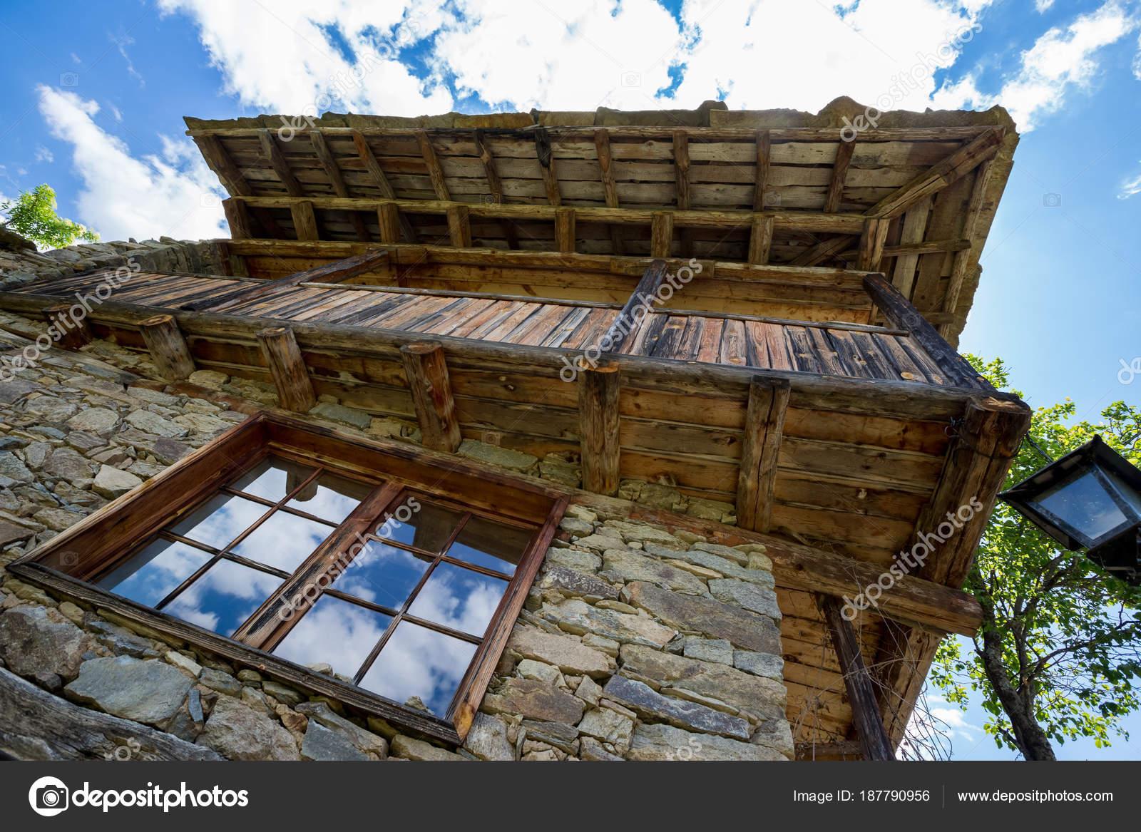 Case Di Pietra E Legno : Pietra antica della finestra nube riflessioni e casa di legno u2014 foto