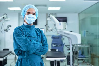 surgeon in uniform and mask