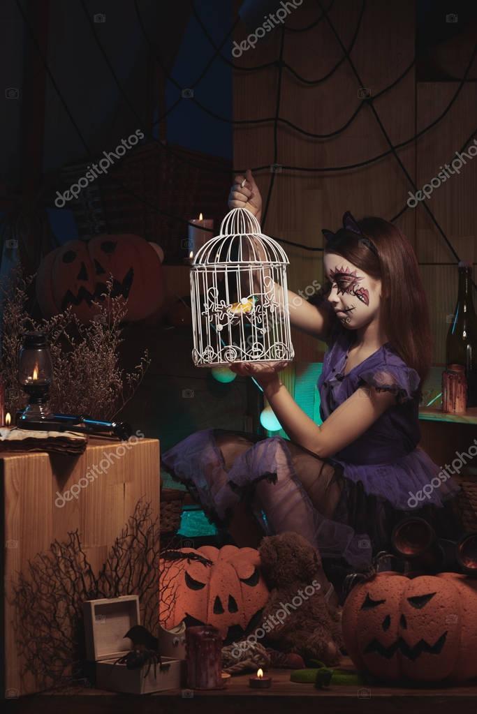Μαύρο κορίτσι στο μεγάλο πουλί