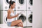 Fényképek nő élvezi a mosodában kertészkedés