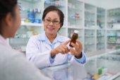 Lékárník a zákazníka o lékařství