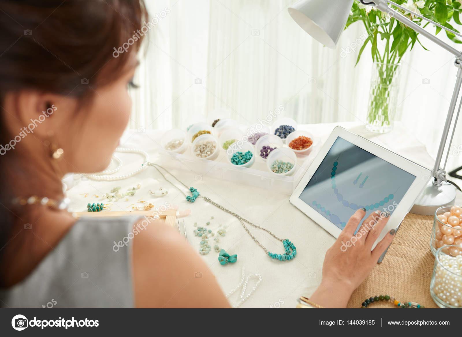 645afab1a45 mulher fazendo joias em estúdio — Stock Photo © DragonImages  144039185