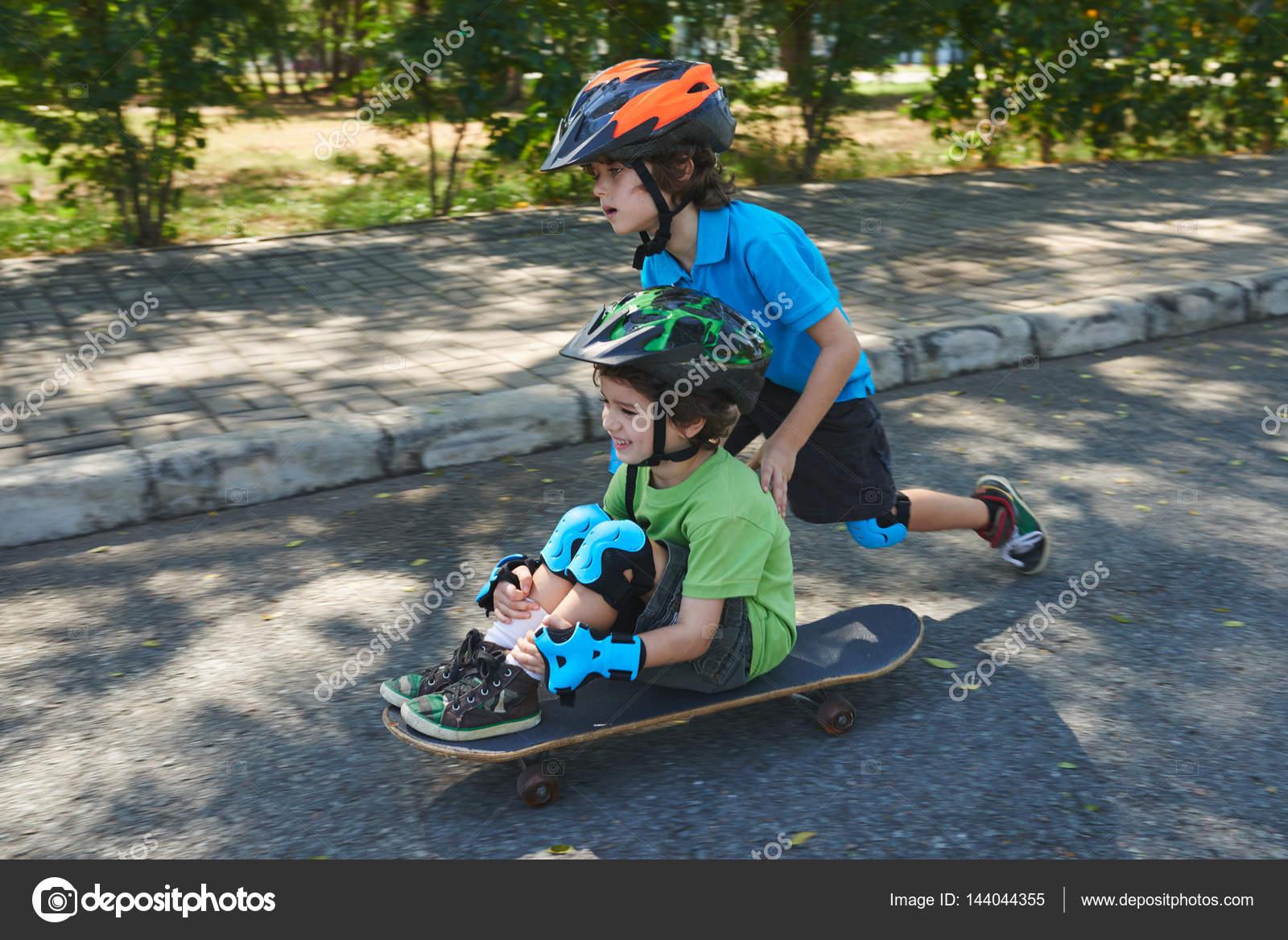 Crianças Se Divertindo No Parque: Amigos Se Divertindo No Parque