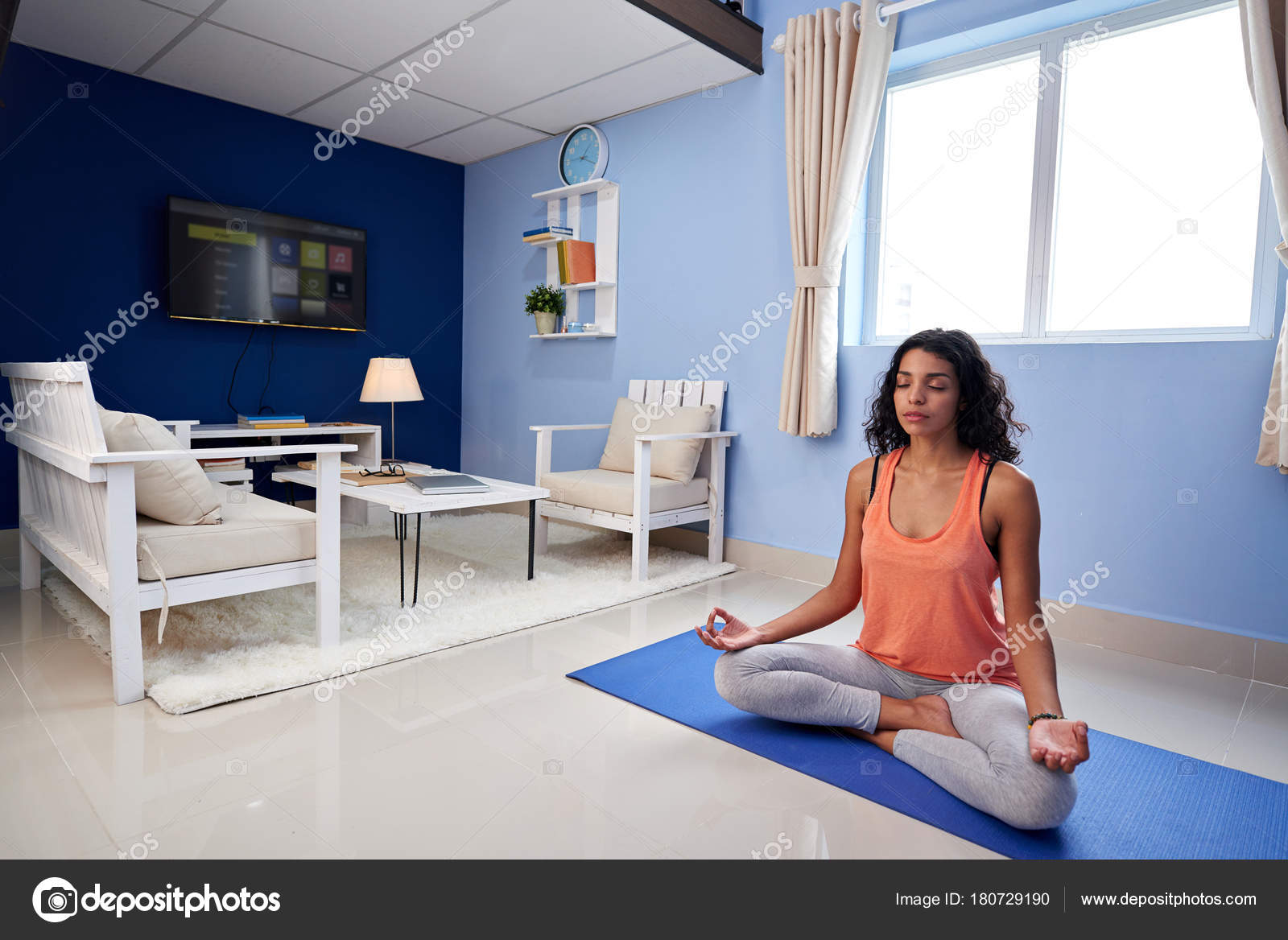 Hermosa Joven Latina Meditar Casa — Foto de stock © DragonImages ...