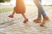 Ořízne obraz matky a dcery, procházky v parku společně