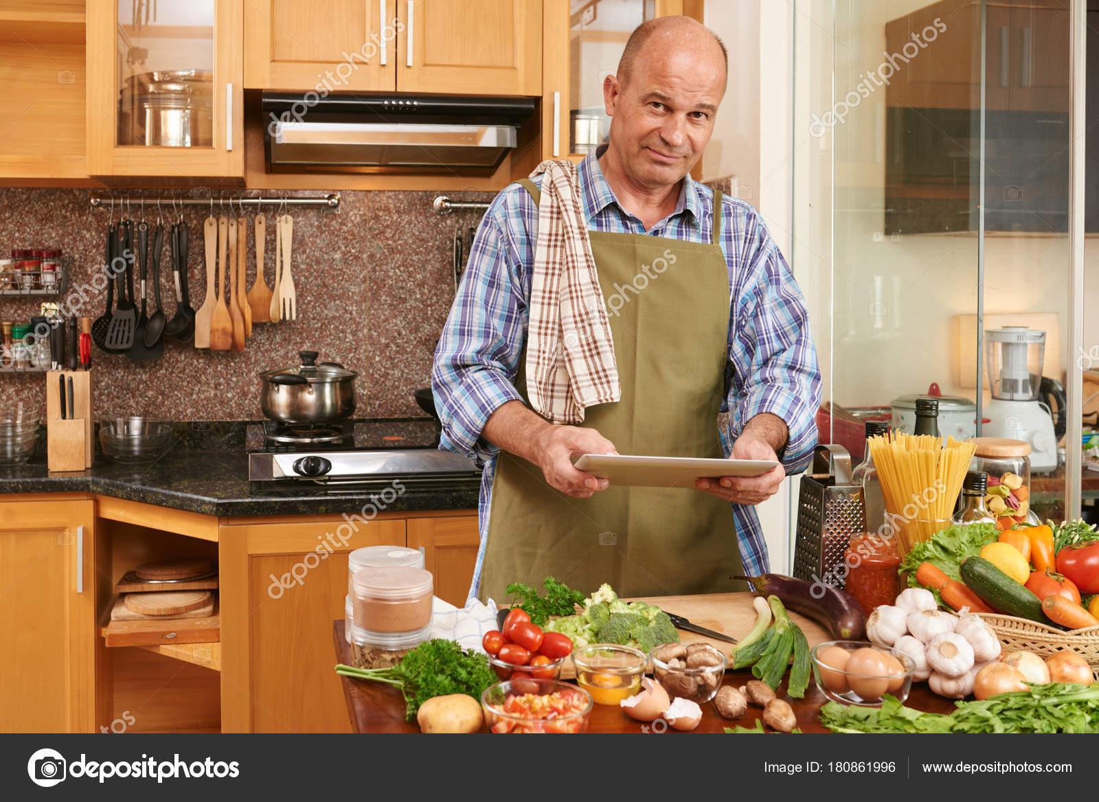 Retrato Sonriente Hombre Maduro Pie Cocina Con Tableta Digital Sus ...