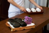 Kosmetička, příprava horké kameny a nové ručníky pro lázeňské procedury