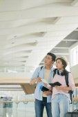 Fényképek Fiatal ázsiai pár várakozás repülőtéren indulás