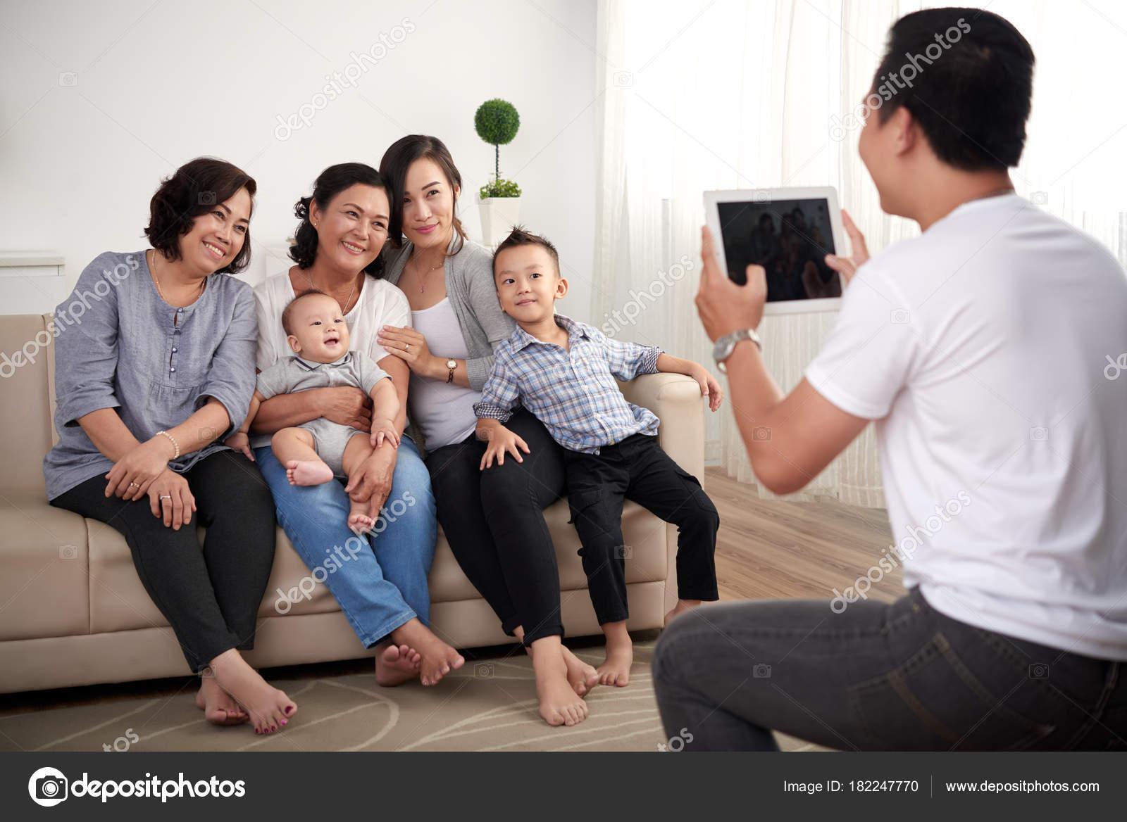 Portrait Big Asian Family Two Kids Posing Photo Home — Stock