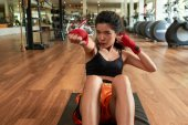 Photo Asian female boxer doing exercises on the gym floor