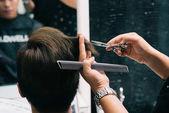 Detail obrazu holiče dělá účes pro muže klienta