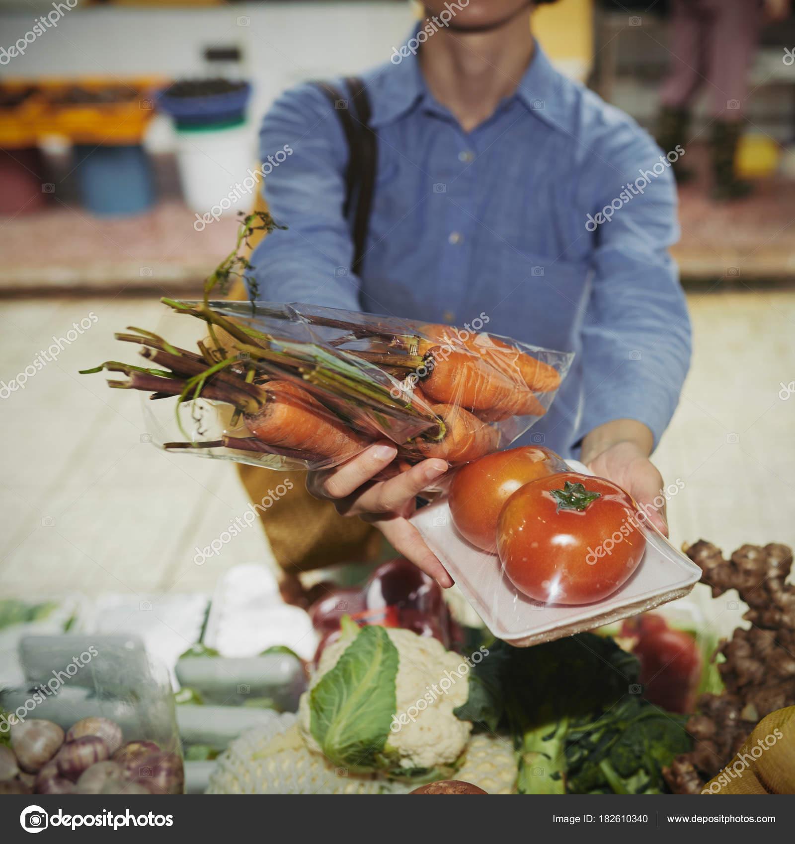 Frau Kaufen Tomaten Und Karotten Auf Lebensmittelmarkt Stockfoto