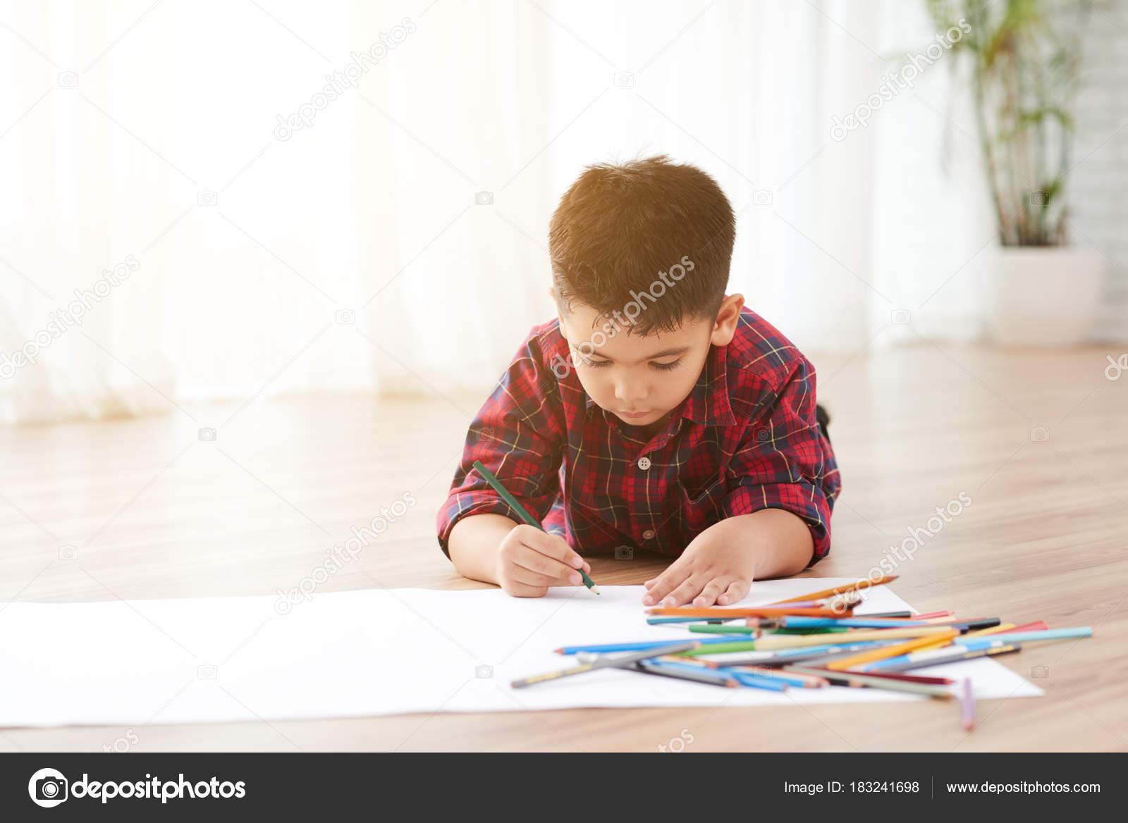 Erstaunlich Heller Boden Ideen Von Talentierte Junge Auf Dem Liegend Raum Und