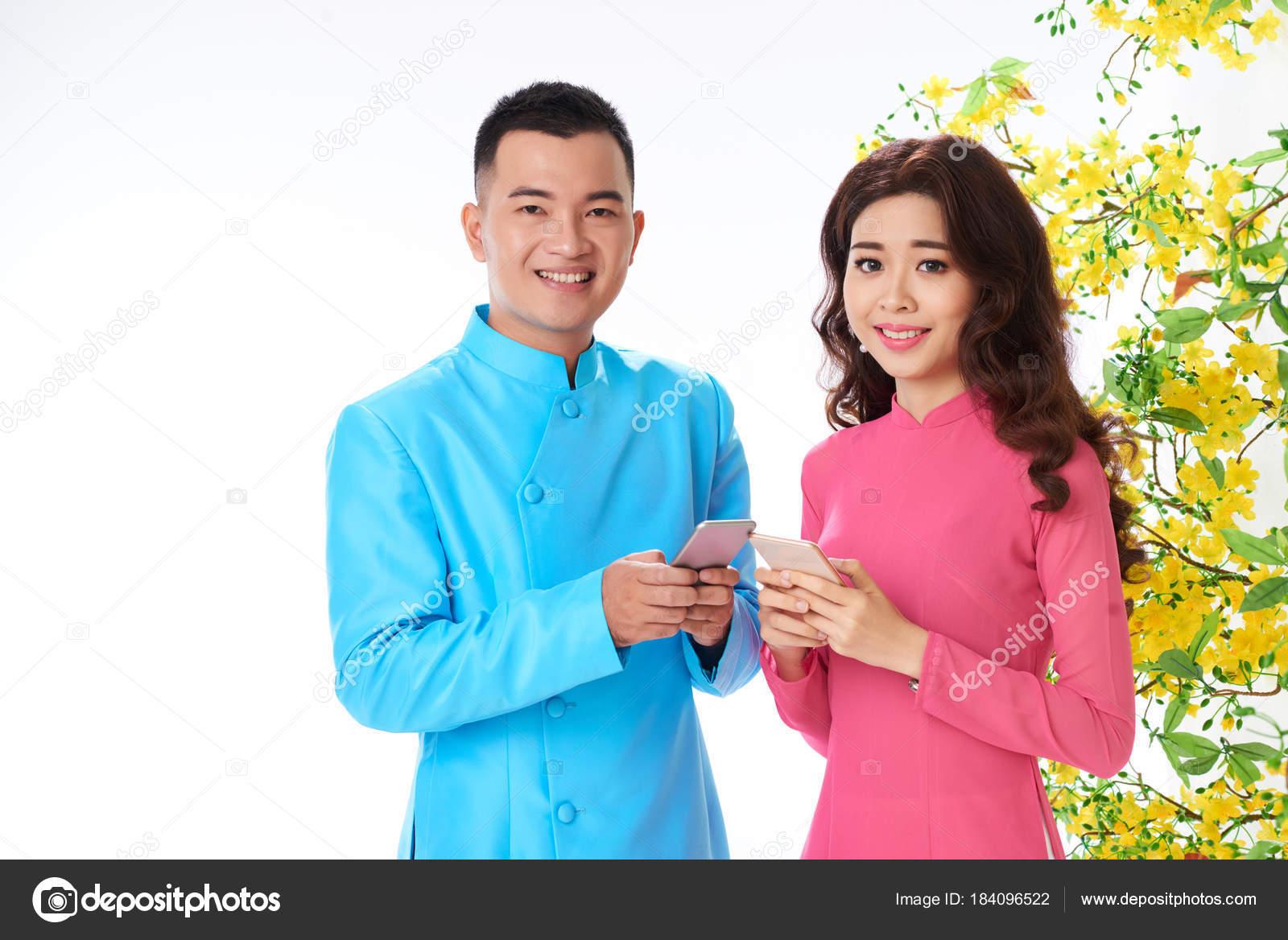 Asian Paar Senden Von Nachrichten Familie Und Freunde Chinese New ...